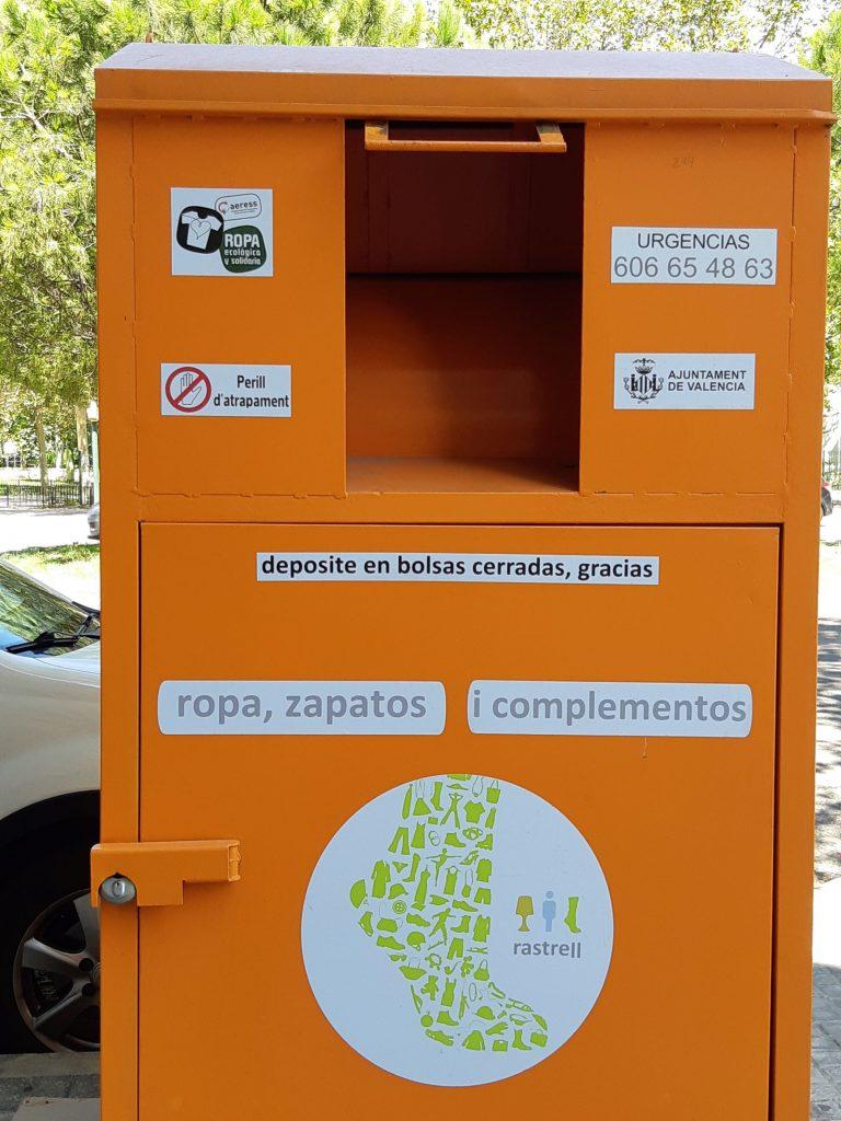 Contenedor para ropa en las calles de Valencia.