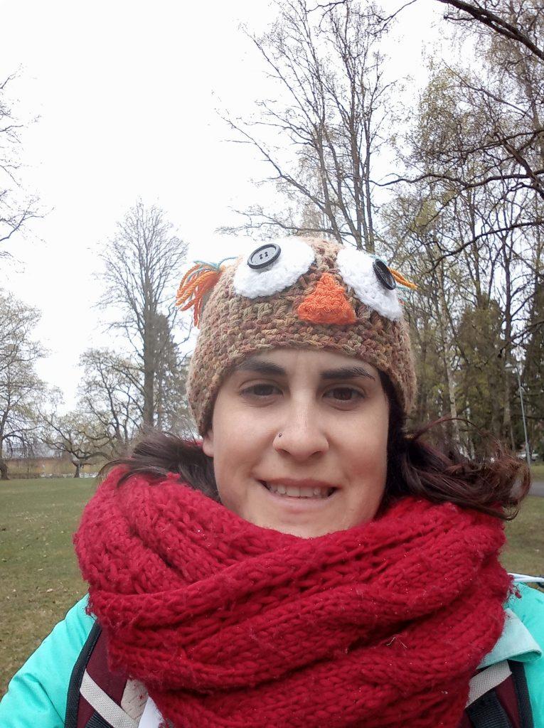 Esta soy yo en un parque muy abrigada y con un gorro de lana con forma de buho.