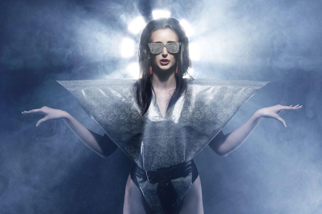 Mujer con ropa futurista y poco práctica