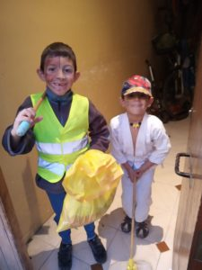niños con disfraces caseros